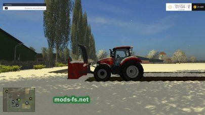 Трактор убирает снег на ферме